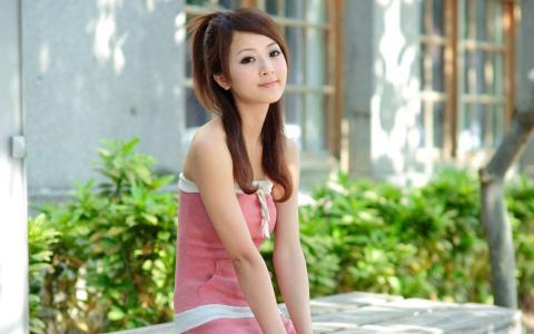一件粉红色连衣裙的可爱女孩