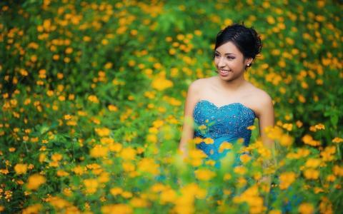 黄色的花朵之间的女人