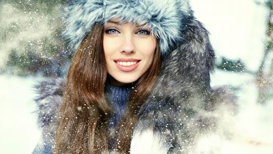 美丽的女孩在雪中