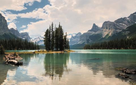 在山中灿烂的湖泊