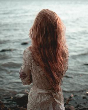 海边女生背影