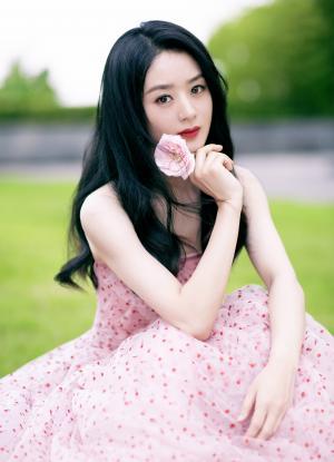 赵丽颖粉色波点抹胸裙甜美写真