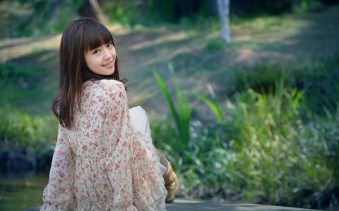 花卉上衣的女孩