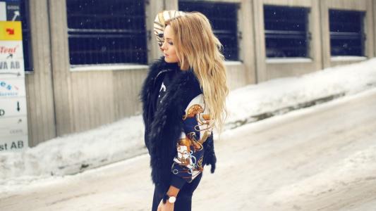精湛的金发美女在雪地里