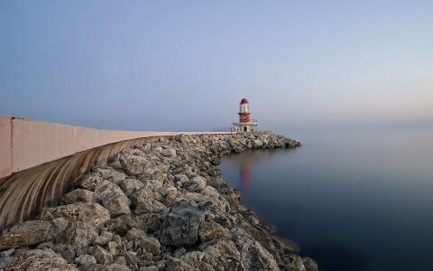 雾海上的灯塔
