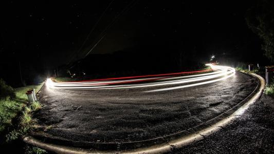 汽车在曲线中点亮