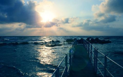 阳光照耀在海洋上