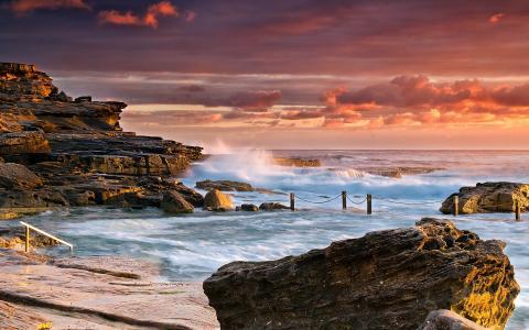 海浪溅在海岸