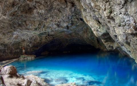 在山洞里的灿烂的水