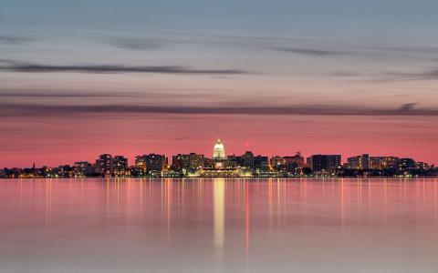 在城市之上的桃红色天空