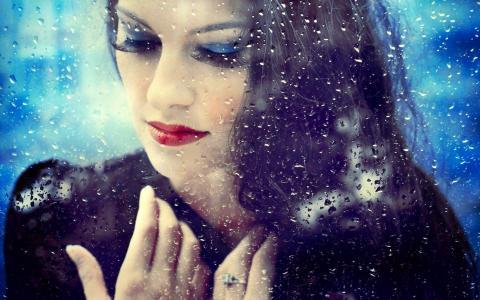 美丽的女孩在雨中