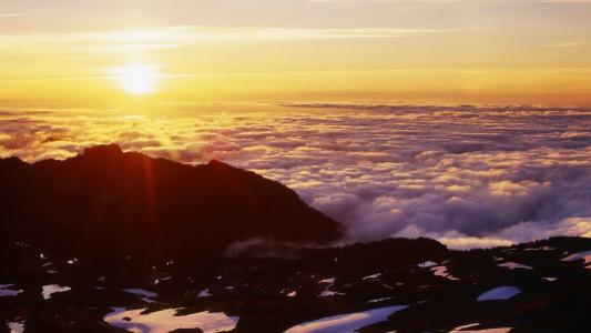 阳光照在云层之上