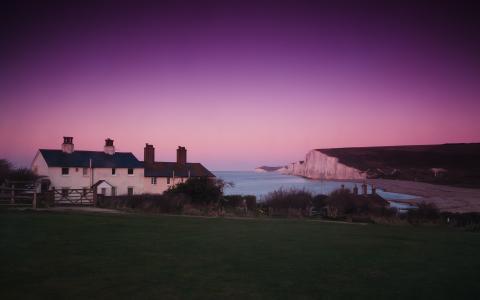 海岸线上方的粉红色天空