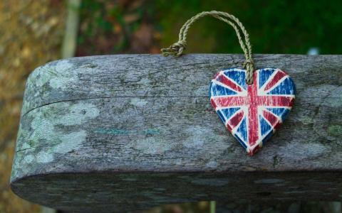 英国国旗在木板上的心