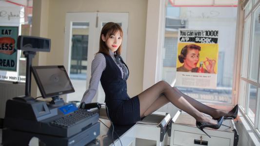 办公室女郎黑丝美腿诱惑