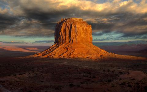 在沙漠中的山