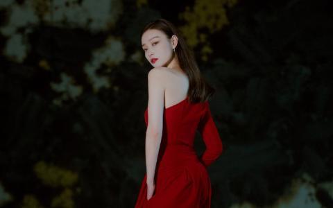 倪妮红色丝绒裤装性感迷人写真