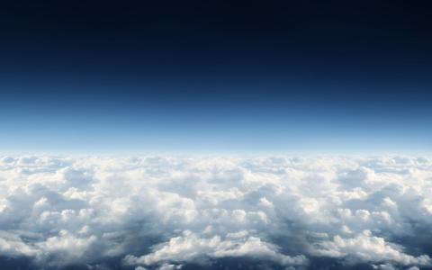 蓬松的云层之上