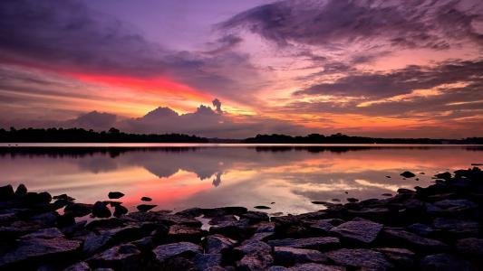 惊人的夕阳的天空