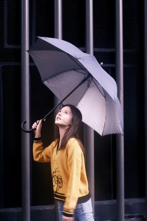赵今麦暗调雨后大片