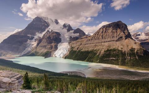 伯格冰川和罗布森山