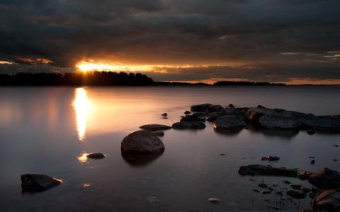 夕阳反射在湖中