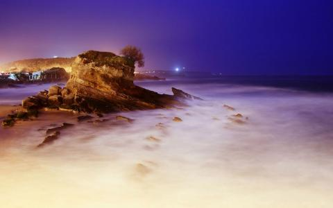在夜晚的雾海