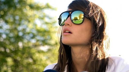 太阳镜的女孩