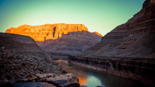 在峡谷中的河