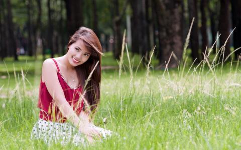 美丽的女孩在草地上