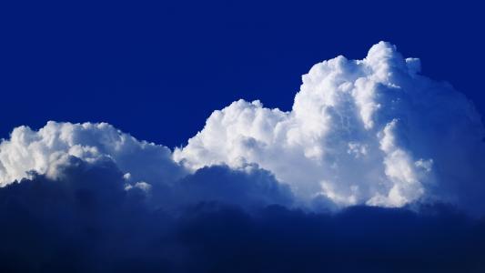 白云在蓝色的天空