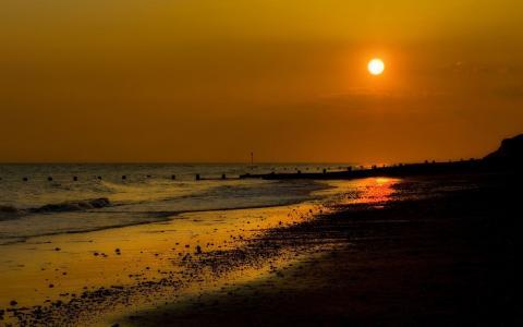 金色的夕阳,在海滩上