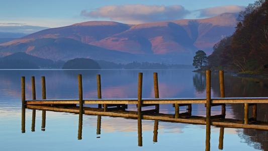 在平静的湖面上的木码头