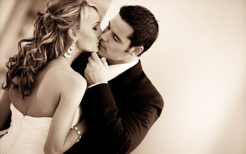 新郎亲吻他的新娘
