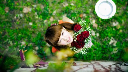 微笑女孩与玫瑰