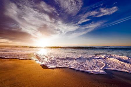 阳光下的美丽海滩