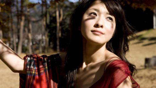 亚洲美女在阳光下