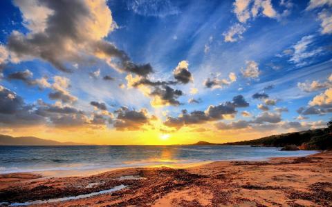 美丽的夕阳在海滩上