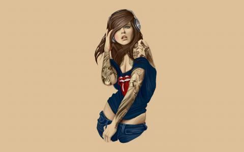 纹身女孩戴着耳机