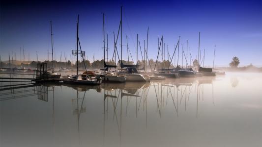有雾的港口