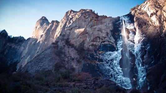 在山上的瀑布