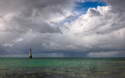在海中的灯塔
